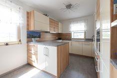 Eine helle Küche mit dunklem Boden ist in diesem HARTL HAUS Kundenhaus. Kitchen Island, Kitchen Cabinets, Home Decor, Boden, Island Kitchen, Decoration Home, Room Decor, Cabinets, Home Interior Design
