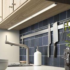 OMLOPP led-montagebalk | IKEA IKEAnl IKEAnederland inspiratie wooninspiratie interieur wooninterieur verlichting led lamp lampen duurzaam METOD serie keuken opbergen opberger keukenkast keukenkasten kast kasten BOSJÖN keukenmengkraan