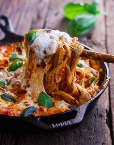 Plato único de pasta gratinada con tomate y albahaca