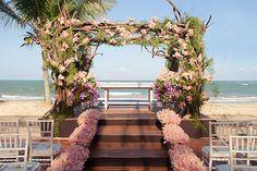 Cerimônia de casamento na praia - Arranjos de flores rosa ( Decoração: Patricia Andrade ) #casamento #weddingdecor
