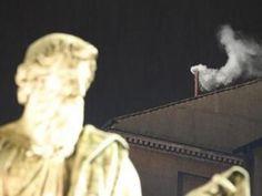 Un humo blanco salió el miércoles por la tarde de la chimenea de la Capilla Sixtina, indicando que los cardenales habían elegido un nuevo Papa que suceda a Benedicto XVI y tome las riendas de la Iglesia católica. Al mismo tiempo repicaron las campanas de la basílica de San Pedro. La elección, en el [...]