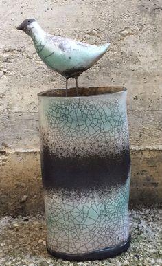 Vaso cilindrico irregolare con uccellino in ceramica Raku Raku vase with bird.