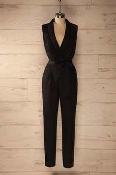 Ils virent tous que cette soirée-là, elle était d'une élégance irréprochable.  They all saw that she was impeccably elegant that evening.  Black plunging neckline jumpsuit https://1861.ca/collections/products/samburg-black