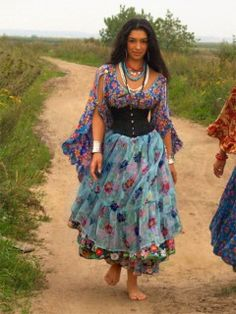 Where does one shop for gypsy clothes such as these?You can find Gypsy clothing and more on our website.Where does one shop for gypsy clothes such as these? Mode Hippie, Gypsy Soul, Bohemian Gypsy, Hippie Style, Bohemian Style, Boho Chic, My Style, Gypsy Life, Trendy Style