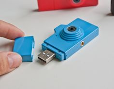Clap mini USB camera by Japanese design studio Powershovel. minimalist camera shoots photo and video Gadgets And Gizmos, Electronics Gadgets, Usb Drive, Usb Flash Drive, 2020 Technologies, Video Game Music, Toy Camera, Japanese Toys, Really Cool Stuff