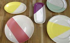 Transforme pratos de porcelana em objetos decorativos para as paredes.