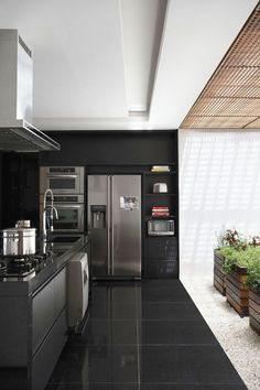 Offering indoor / outdoor living at its finest, BT House has been designed by São Paulo, Brazil based architect Guilherme Torres. Black Kitchens, Home Kitchens, Kitchen Black, Nice Kitchen, Stylish Kitchen, Kitchen Pantry, Kitchen Cabinets, Kitchen Dinning, Kitchen Decor
