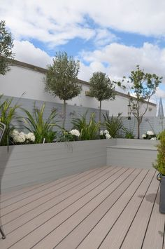 composite decking hardwood grey privacy screen trellis hardwood planter boxes modern planting tower bridge fulham chelsea london garden design - Sun and Garden Urban Garden Design, Small Garden Design, Back Gardens, Small Gardens, Outdoor Gardens, Modern Gardens, Garden Modern, Modern Planting, Garden Wallpaper