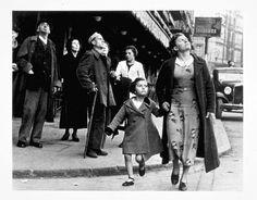 Bilbao, mayo 1937, por Robert Capa. De la mano y huyendo.