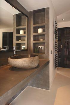 baño, encimera y estanterías de obra, lavabo de piedra, pavimento continuo