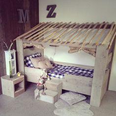 Hutbed van stoer steigerhout | room26 via Kinderkamerstylist