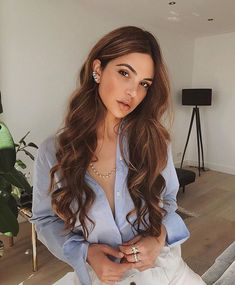 Locken-Tricks: So einfach gehen Locken ohne Hitze Korkenzieher-Locken, Beachwave… Curl tricks: Curls without heat are so easy Corkscrew curls, Beachwaves & Co .: With these tricks lock curls without curling iron, iron and Co. The best hacks to imitate Hair Inspo, Hair Inspiration, Curls Without Heat, Gorgeous Hair Color, Hair Color Balayage, Balayage Highlights, Prom Hair, Pretty Hairstyles, Woman Hairstyles