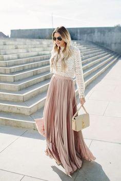 jupe longue plissée rose pâle, blouse en dentelle blanche
