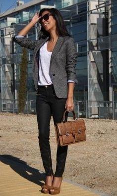 Schwarze Hose, grauer Blazer und weißes Shirt mit beige braunen Akzenten in Form von Pumps und Lehrertasche - klassisch und souverän. Grey Blazer and Beige Teacher's Bag