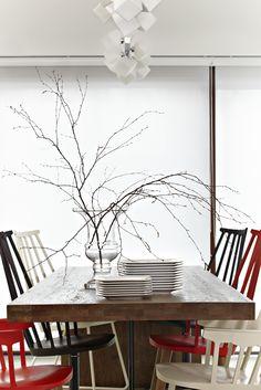 Jadalnia - stół: dębowy blat z taflą szkła.