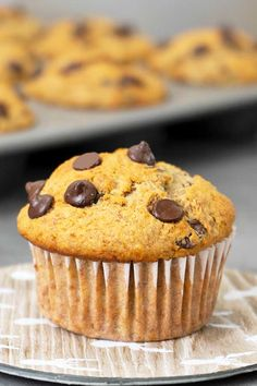 These healthy oats banana muffins are super moist, soft and fluffy. High in fibre and protein makes them fill you more than the typical muffins. Healthy Banana Muffins, Healthy Cupcakes, Chocolate Banana Muffins, Banana Oats, Healthy Desserts, Banana Bread, Sweet Desserts, Sweet Recipes, Real Food Recipes