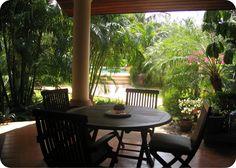 Аренда вилл и апартаментов: Уютный Таунхаус на Пхукете, включает в себя 2 спальни и 2 ванные комнаты, полностью оборудованная кухня, просторная гостиная, дополнительная ванная комната внизу, подсобное помещение, великолепная терраса с прекрасным видом, Wi-Fi, 24-часовая охрана, место для барбекю, бассейн, в 1 км от пляжа Бангтао, в 20 минутах от аэропорта и не более 30 минутах от пляжа Патонг для комфортного отдыха компании или семьи из 4 человек.  Стоимость  - 150 USD в сутки.