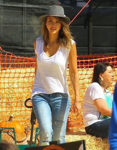 Jessica Alba - Jessica Alba Daughters Visit Mr. Bones Pumpkin Patch