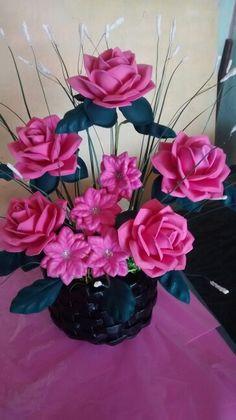 Centro de mesa con flores en goma eva.