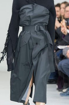 Yang Li at Paris Fashion Week Fall 2016 - Details Runway Photos Fashion Details, Look Fashion, High Fashion, Fashion Show, Fashion Outfits, Fashion Design, Unique Fashion, Contemporary Fashion, Luxury Fashion