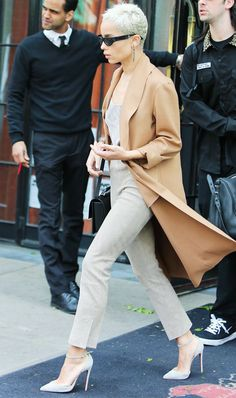 Zoe Kravitz Proves These Are the Spring Trousers for Short Girls via In New York yesterday, Zoë Kravitz wore the chicest outfit, toughening up her classic look with accessories. Grace And Lace, Casual Street Style, Street Style Looks, Zoe Kravitz Style, Lenny Kravitz, Zoe Isabella Kravitz, Cowgirl Style Outfits, Casual Outfits, Beige Outfit