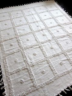 These handknotted pieces (tapetes a nudo) are from temoaya, a town in the state of mexico. Woven on wooden looms using virgin (undyed) cotton, these blanke