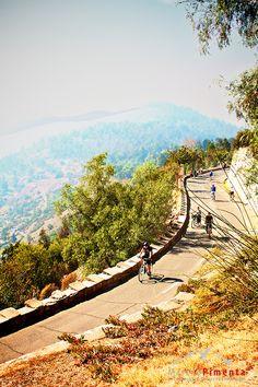 Montando bicicleta en Cerro San Cristobal.