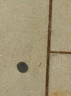 Punt 4: iets lelijks/vies als een kauwgom op de stoep bestaat ook uit punten, lijnen en vlakken. In dit geval is de kauwgom redelijk cirkelvormig en daarom een punt op de stoep. Opnieuw wordt het punt omringd door lijnen.