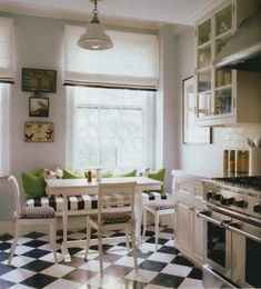 Kate Spade's kitchen, from The World of Interiors, Dec. love the black and white floors. Kitchen Seating, Kitchen Benches, Cozy Kitchen, New Kitchen, Kitchen Ideas, Kitchen Interior, Table Seating, Apartment Kitchen, Country Kitchen