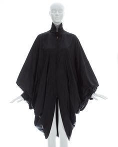 Black nylon oversized parachute coat with batwing sleeves and two front pocketsFall-Winter 1987 Character Design Inspiration, Style Inspiration, Androgynous Fashion, Cloaks, Fantasy Dress, Issey Miyake, Character Outfits, Capes, Look Cool