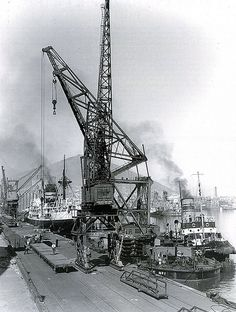 A busy day at the south arm of the Victoria Basin before the days of containers. Russian Architecture, Architecture Magazines, Old Pictures, Old Photos, London Docklands, Beyond The Sea, London History, Old Port, Cape Town South Africa