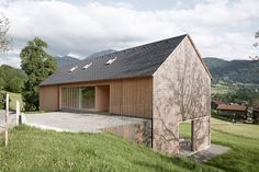 Innauer‐Matt Architekten gave the rustic wood cabin a modern upgrade in their design of Haus für Julia und Björn, a house in the Austrian town of Egg. Architecture Durable, Residential Architecture, Contemporary Architecture, Architecture Design, Roof Design, House Design, Haus Am Hang, Hillside House, Modern Barn