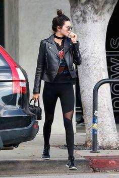 Kendall Jenner usa legging com t-shirt e jaqueta de couro