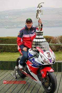 isle of man TT Living Legend John McGuinness ! Gp Moto, Moto Bike, Motorcycle Racers, Racing Motorcycles, Ile Of Man, Guy Martin, Super Bikes, Road Racing, Classic Bikes