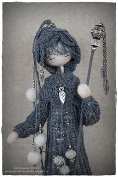 Statuette en laine feutrée habillée de lin par LesVendredisDeNath