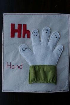 Livro em tecido com uma página para cada letra do alfabeto (2.ª afixação). Gosto em especial desta ideia da mão que dá para enfiar a nossa! Ver todas as páginas em: http://hipposanddinosaurs.blogspot.co.nz/2010/01/our-quiet-book.html