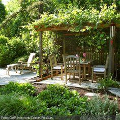 Natürlicher Garten mit überdachter Sitzecke.