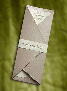 Πρωτότυπο Προσκλητήριο Γάμου, μεταλ χαρτί στα χρώματα της άμμου, το κείμενο σε εσωτερική κάρτα, κλείσιμο με χάρτινο δαχτυλίδι - διακόσμηση, στενόμακρο σχήμα - Prosklitirio-eShop.gr