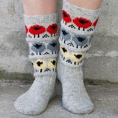 Følg flokken! Pakke med oppskrift og garn til ett par sokker med sauer i forskjellige farger.