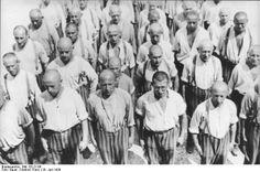 Tässä kuvassa näkyy ihmisiä jotka ovat joutuneet keskitysleirille.