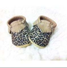 100+%+leather      Leave+note+if+you+want+bow+and+size+  +(on+inches)+wanted.+Please+make+sure+to+measure+your+babes+foot+(add+1/2+in+to+allow+growing+room)+optional.    All+moccs+are+made+with+walkers+sole+if+no+needed+please+leave+a+note.    Turn+around+7-15++business+days    MADE+TO+ORDER.+N...