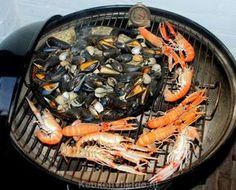 Deze zeevruchten schotel van de barbecue met Gillardeau-oesters, kokkels, mosselen en langoustines is op en top verwennerij! Serveer met aioli en vers brood.