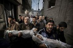 """O World Press Photo, maior premiação de fotojornalismo, anunciou o vencedor do clique de 2012: Paul Hansen, de Estocolmo - Suécia. A foto acima foi feita em novembro de 2012, na cidade de Gaza, onde ele congelou a imagem de um grupo de indivíduos que levavam até a mesquita os corpos de dois sobrinhos de 2 e 3 anos de idade, mortos em casa por um míssil israelense.""""A força desta foto está no contraste entre a revolta e o sofrimento dos adultos com a inocência das crianças"""", declarou Mayu…"""