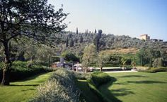 Parco privato sulle colline Versiliesi: una scarpata arbustata separa i due piani del giardino