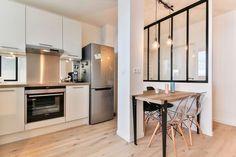 La verrière ouvre la cuisine sur le couloir de cet appartement