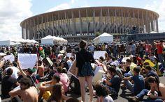 Antes da estreia do Brasil, grupo realiza protesto em Brasília