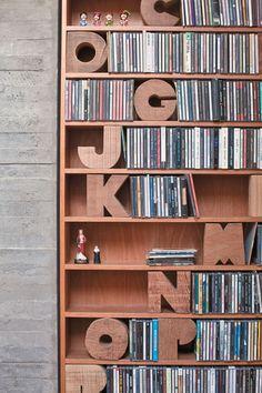 Já pensou em organizar seus CDs por ordem alfabética? Com aparadores de letras na estante essa tarefa fica bem mais fácil.