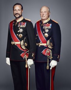 King Harald V and Crown Prince Haakon of Norway New official photographs of the Norwegian Royal Family have been released on the occasion of the King and Queen's anniversary of ascension to the. Estilo Real, Royal Tiaras, Royal Jewels, Crown Princess Victoria, Crown Princess Mary, Ingrid Alexandra, Norwegian Royalty, Royal Families Of Europe, Style Royal