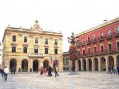 La Plaza Mayor de Gijón es lugar de visita obligada pues aparte de encontrarse aquí el edificio del Ayuntamiento, en ella hay multitud de bares, sidrerías y restaurantes, ya que se encuentra en la zona baja del barrio de Cimadevilla. La plaza no es muy grande, de planta rectangular