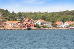 #RealEstateForSale - Seaside located real estate with a stunning sea wiew! Visit this #RealEstate on follow link: https://www.swedenestates.com/realestate/MDIyOXwwMDAwMDAwMTM1NHw1OA - Welcome to Sweden Estates